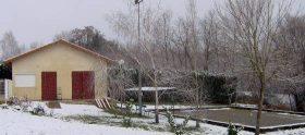 camping - Salle télévision et terrain de pétanque